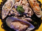 Черные спагетти с морепродуктами под сливочно-грибным соусом