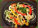 Спиральный салат с фасолью и локонами копчёной рыбы