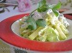 Салат из молодой капусты с сырым кабачком, под кисломолочной заправкой