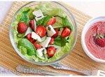 Салат из клубники, свежих огурцов, шпината и сыра фета