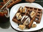 Вафли шоколадные с орехами и соусом