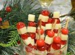 Фуршет новогодний из сыра с вяленой вишней (для вегетарианцев)