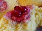 Кексы Солнечные с клубникой и красной смородиной на кукурузной муке