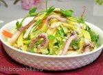 Салат овощной сборный с ростками гороха и щупальцами кальмара