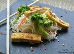 Постная рисовая вермишель с брокколи и жареным тофу