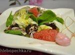 Салат со шпинатом, белокочанной капустой, грейпфрутом и ржаными сухариками