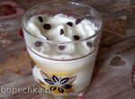 Десерт в стакане с печеньем и фруктами