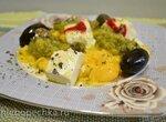 Яичница болтунья с пастой из авокадо и маринованной фетой