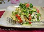 Салат из свежих овощей и фруктов с проростками салатной зелени