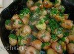 Картошка в мундирах на чугунной сковороде в оливковом масле с зеленью и чесноком (+видео)