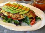 Омлет индейкин с салатом микс и авокадо