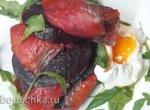 Филе копченой рыбы со свеклой и яйцом пашот
