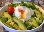 Сборный зеленый салат с микрозеленью, кус-кусом, мягким сыром, яйцом пашот