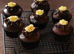 Шоколадные капкейки с розочками из белого шоколада