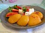 Персики на гриле с мягким сыром и клубникой