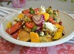 Салат с томатами, манго, сыром и крутонами