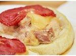 Куриные бёдра с сыром и помидорами на кабачках (+видео)