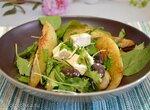 Зеленый салат микс с жареной грушей, сыром фета