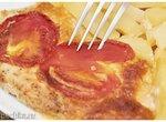 Отбивные из куриного филе с сырно-картофельной начинкой, и помидорами.