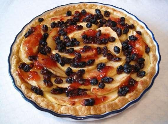 Пирог с яблоками, изюмом под смородиновым желе