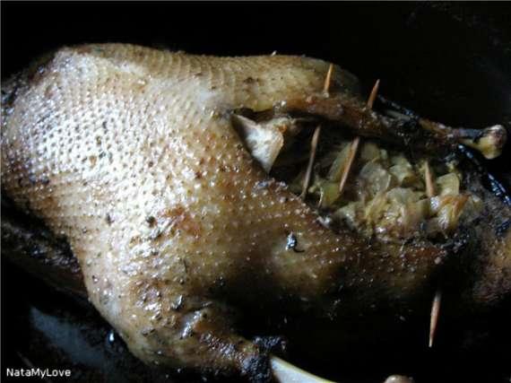 Утка, фаршированная тушеной капустой и птичьими печенками.