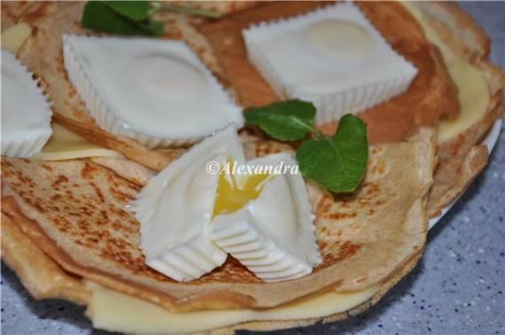 Яйца пашот из мультварки на цельнозерновых блинчиках с легким сыром