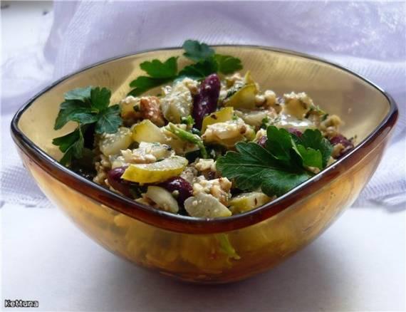 Салат с консервированной фасолью.