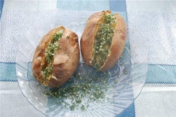 Картошечка с укропом чесноком и пахучим маслом.