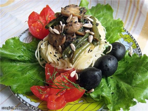 Капеллини - вермишеливые гнезда, с грибами, фасолью и жаренными огурцами.