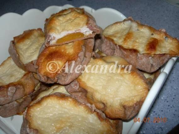 Калитки (Карельские ржаные пирожки) с абрикосами в творожной заливке