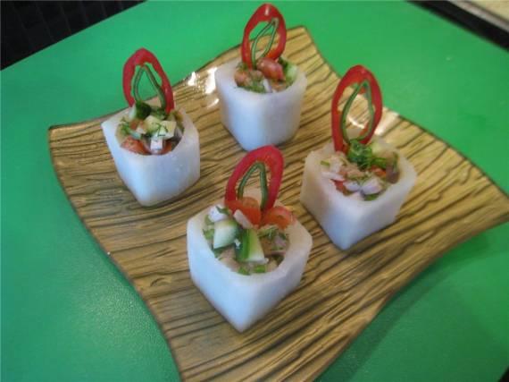 Азиатский салат с дайконом Порционный салат в дайконе
