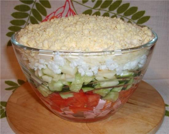 Салат Слоёный лёгкий из овощей, яблока и колбасы