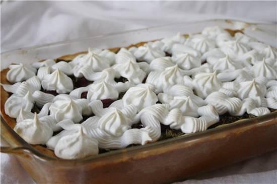 Пирог с щавелем и клубникой
