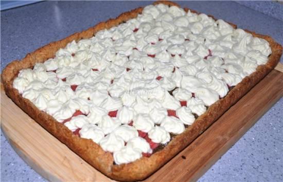 Пирог цельнозерновой с клубникой и щавелем под кремом из белого шоколада