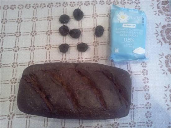 Ржано-пшеничный хлеб с творогом и черносливом на закваске