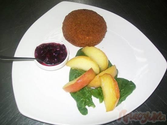 Камамбер во фритюре с брусничным соусом