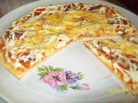 Пицца с сырокопченой колбасой