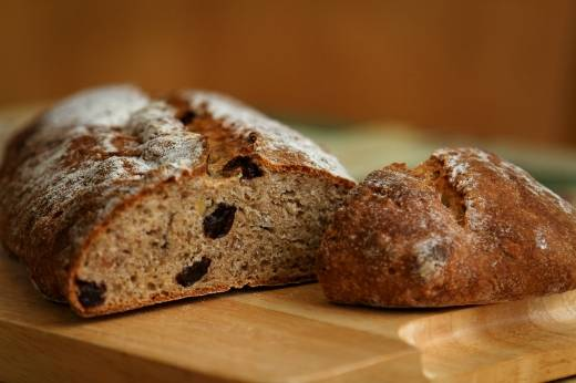 Цельнозерновой хлеб с изюмом, лесным орехом и шалотом в духовке