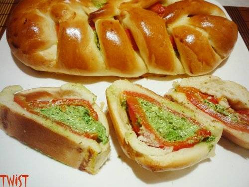 Косичка с печеным перцем, брынзей и зеленью