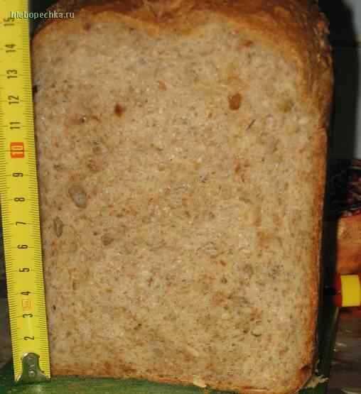 Пшеничный хлеб с отрубями, луком и семечками.