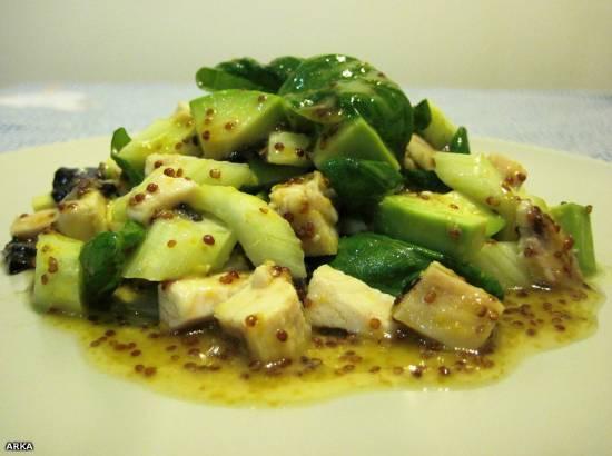 Салат из курицы, сельдерея и авокадо