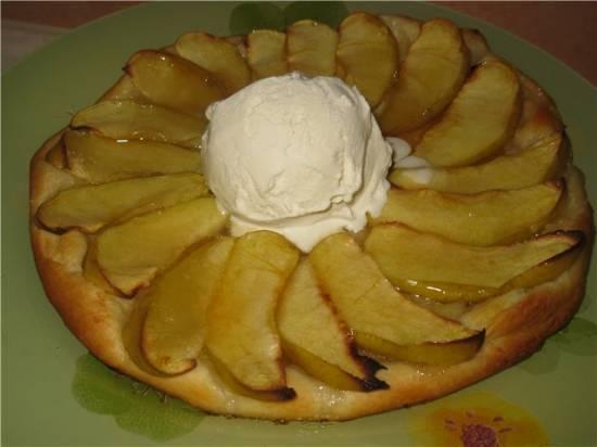 Яблочный тарт с мороженым