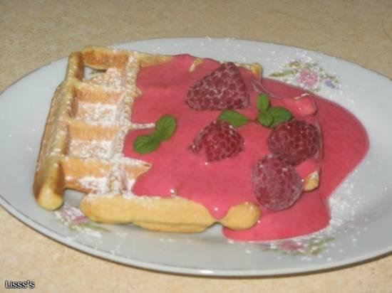 Вафли с ягодным соусом