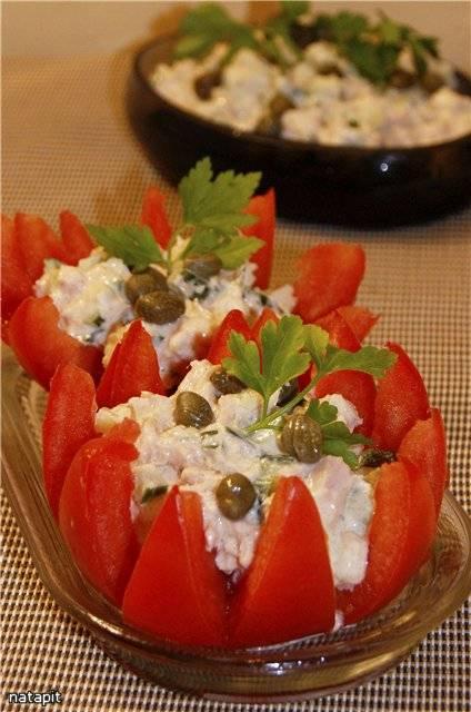 Помидоры, фаршированные салатом из тунца и каперсами