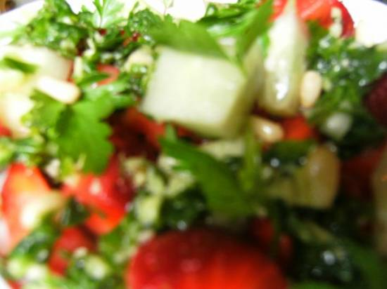 Салат из клубники с соусом песто из кинзы
