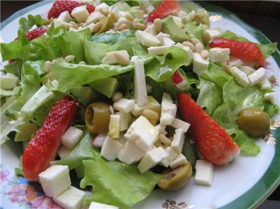 Салат с авокадо и клубникой