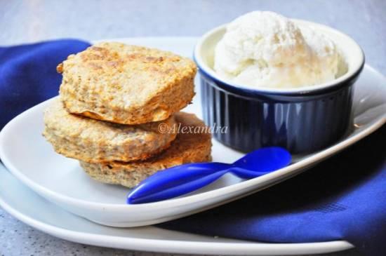 Завтрак в английском стиле с голубым сыром Стилтон: овсяно-сырные сконы с тимьяном и ванильно-сырное мороженое с перцем