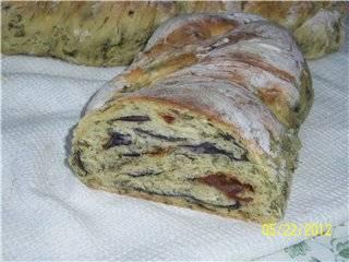 Пшеничная косичка с вялеными помидорами, базиликом, кинзой, укропом, черемшой и зелёным луком в духовке