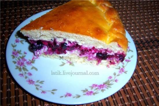 Пирог с творогом и чёрной смородиной