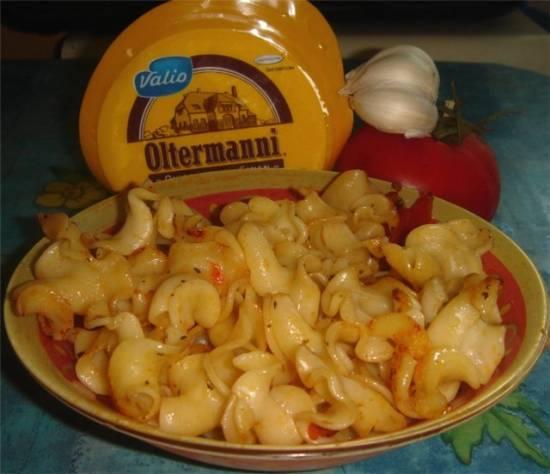 Макароны с чесноком, базиликом, помидором и тертым сыром (итальянская вариация)
